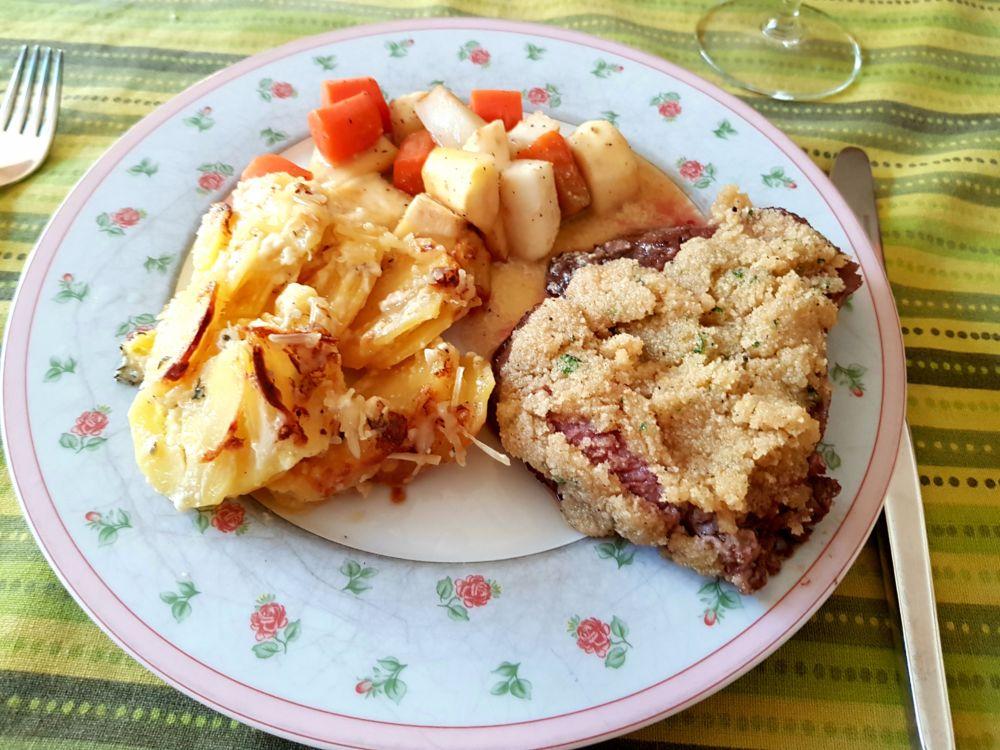 Rinderfilet rosa mit Merrettichkruste, Schmorgemüse und Kartoffelgratin. Oder: wie man einen Sack Kartoffeln schält.