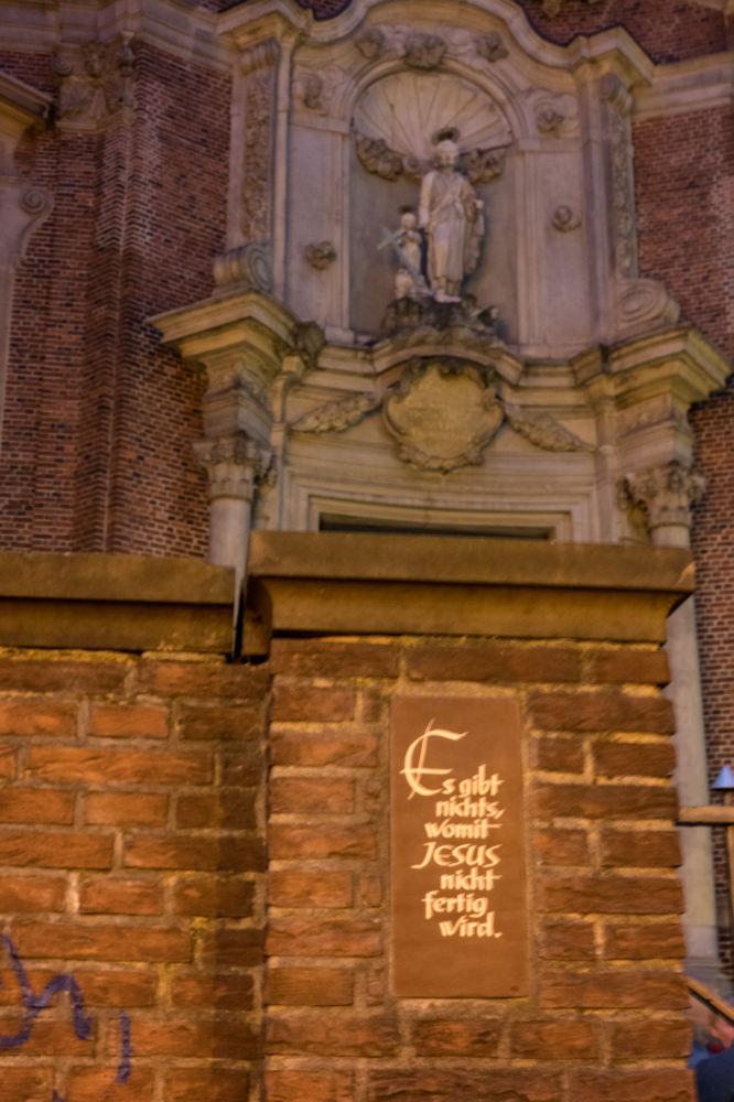 Motto vor der Kirche