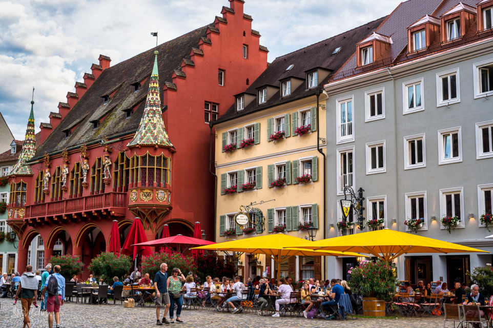 Das Oberkirch neben dem (roten) Historischen Rathaus